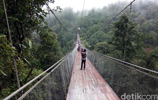 Wisatawan Serbu Jembatan Gantung Situ Gunung Yang Lagi Viral